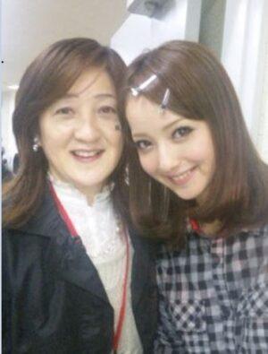 佐々木希の母親は介護施設勤務で超仲良し